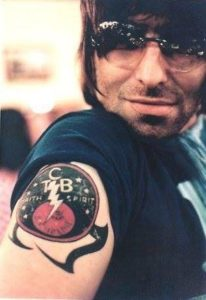 Liam Gallagher con il suo tatuaggio, 2002.